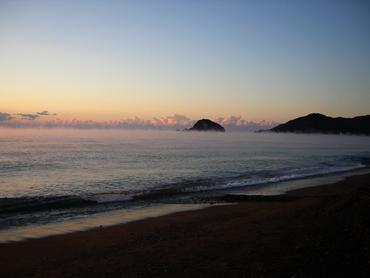 大里松原海岸で海面から湯気が立ち上っている