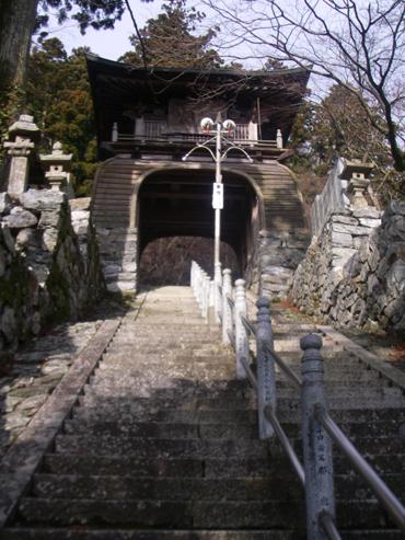 中津峰山如意輪寺山門