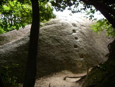 登山道からみた八丈岩